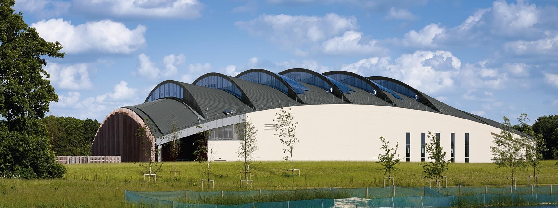 Cambridge University Sports Centre met zinken dak in dubbele staande fels